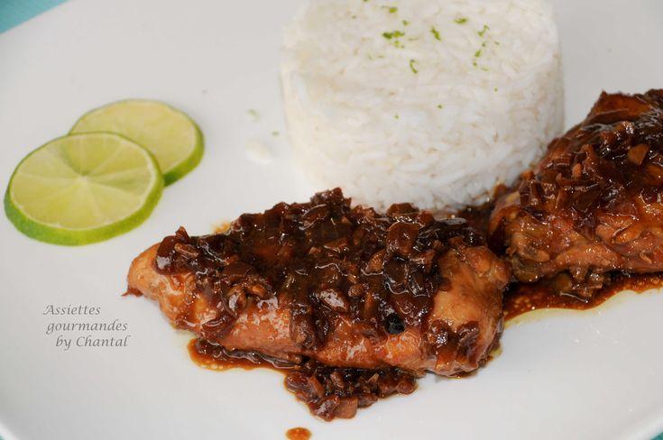 Le poulet adobo est la spécialité des Philippines; c'est un plat délicieux cuisiné avec de la sauce soja, du vinaigre de coco et de l'ail