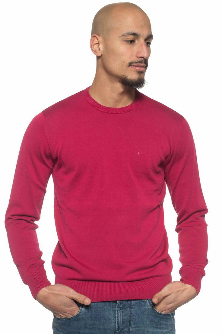 Armani Jeans  , Pullover girocollo , logo piccolo frontale , colore: lampone , composizione: 100% cotone , linea: ARMANI JEANS , il modello indossa la taglia: M  - Euro 125