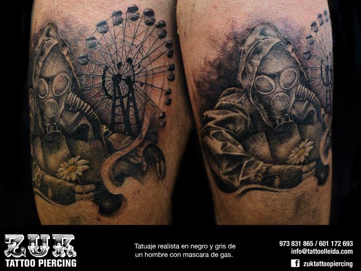 Tatuaje realista en negro y gris de un hombre con mascara de gas.