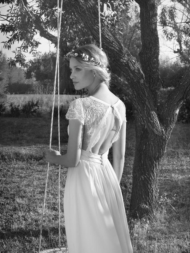 Deze trouwjurk van Rembo, Ardourf valt sluik en heeft een V-hals. Door de eenvoud in combinatie met de transparante kanten rug krijgt de jurk een romantische, pure uitstraling.