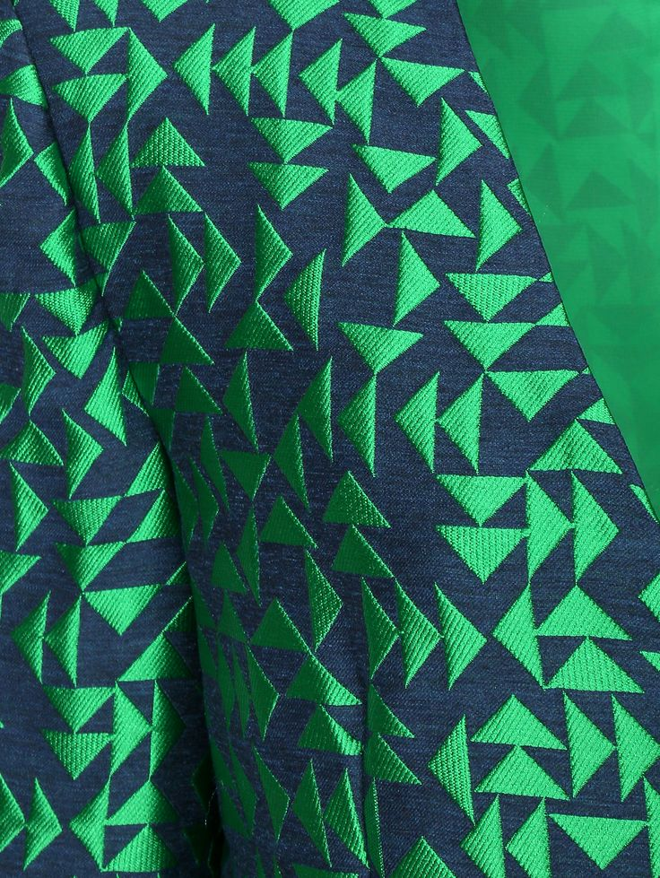 Геометрические узоры в тренде. И на этот раз дизайнеры Emporio Armani обыграли их, совместив неоново-зеленый и темно-синий. Благодаря сочетанию вискозы и полиэстера ткань п... Интернет-бутик https://www.bosco.ru