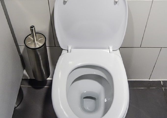 Pour vous débarrasser du tartre, sans passer une heure à récurer les toilettes, il vous suffit de sortir du vinaigre blanc.  Découvrez l'astuce ici : http://www.comment-economiser.fr/detartrer-wc.html?utm_content=buffer9c9cd&utm_medium=social&utm_source=pinterest.com&utm_campaign=buffer
