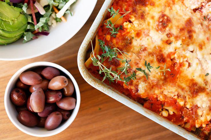 Hvem har sagt at en vegetarlasagne ikke kan være proteinrik? I denne har jeg hatt cottage cheese, som har et høyt innhold av protein. Men enda viktigere så er den god på smak og full av grønnsaker! Jeg liker å ha rester av lasagne i nisteboksen, sammen med råkost eller frisk salat. Kjempegodt! Du kan ...read more →