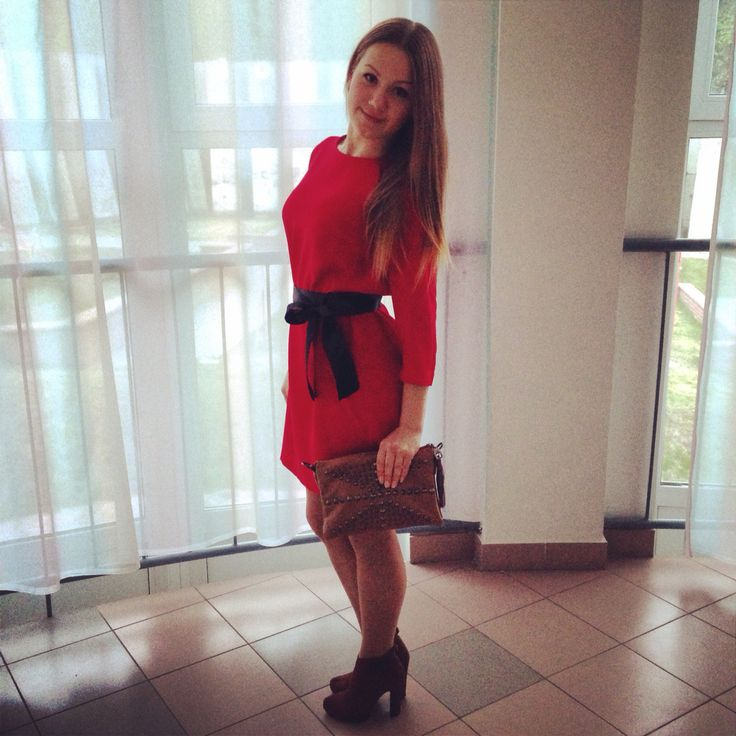 Классической красное платье украсит черная лента в бант.