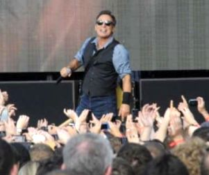 Bruce Springsteen Dedicates '41 Shots' Song to Trayvon Martin (Video) http://www.opposingviews.com/i/celebrities/bruce-springsteen-dedicates-41-shots-song-trayvon-martin-video