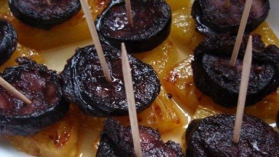 Um delicioso aperitivo, simples, prático e saboroso. Experimente esta receita de Morcela com ananás dos Açores.  Ingredientes:  4 rodelas de ananás com a casca 1 dl de azeite 1 morcela 150gr de pão 1 malagueta fresca Sal Pimenta 2 dentes de alho 1 ramo de cebolinho Mel  Preparação: