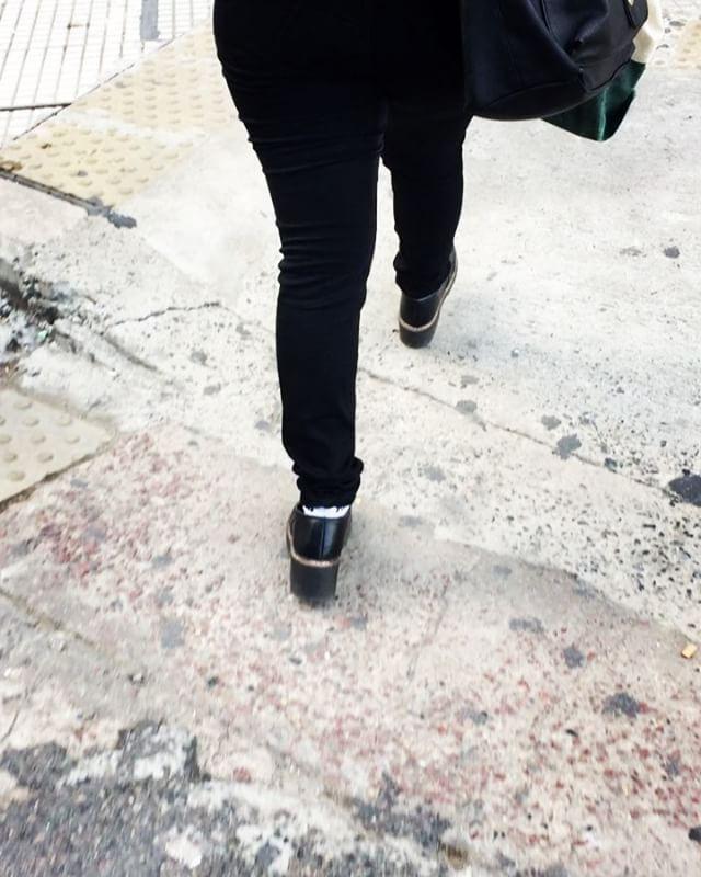 Chicas por favor no cometan este ERROR DE MODA, nunca se pone pantalón y zapatos negros con medias blancas se ve horrible. �� . . .  #salome #tips #tipsmoda #critica #buenosaires #puertomadeiro #fashiondesign http://tipsrazzi.com/ipost/1500305807048478069/?code=BTSKC67lI11