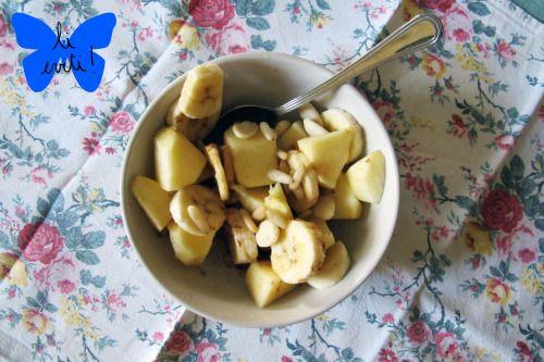 Una semplice dolcezza: macedonia di mele e banane con mandorle e pinoliQuesta macedonia è la prova vivente che una golosa dolcezza può essere sana, veloce, semplicissima e udite udite: senza zucchero. Per una porzione vi servirà:1/2 banana al giusto grado di maturazione1/2 mela (lo avete capito, io amo le fuji)una piccola manciata di pinoli e altrettanto di mandorle pelateuna spruzzata di limonemezzo cucchiaino scarso di cannellaChe dire.. lavate, pelate, tagliate la frutta e unite tutti…