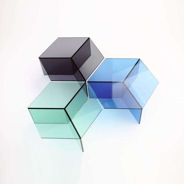 Clara Stil   Isom cube Glastisch. Design: Sebastian Scherer