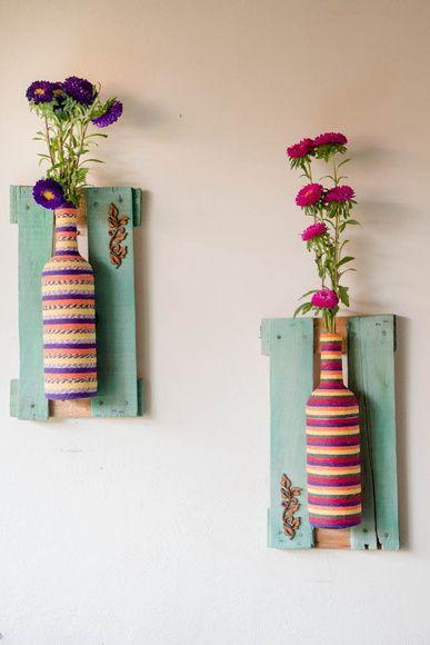 Vasos feitos em garrafas,e com molduras de caixas de feira! Impermeáveis, ótimas…