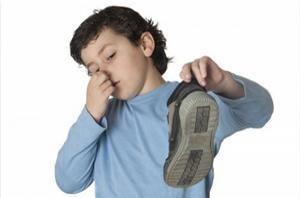 Comment nettoyer des chaussures malodorantes. Même si vos chaussures sont de bonne qualité, il est parfois inévitable qu'elles sentent mauvais ou que la saleté s'introduise aussi à l'intérieur. Ceci se peut produire en raison de la transpiration ...