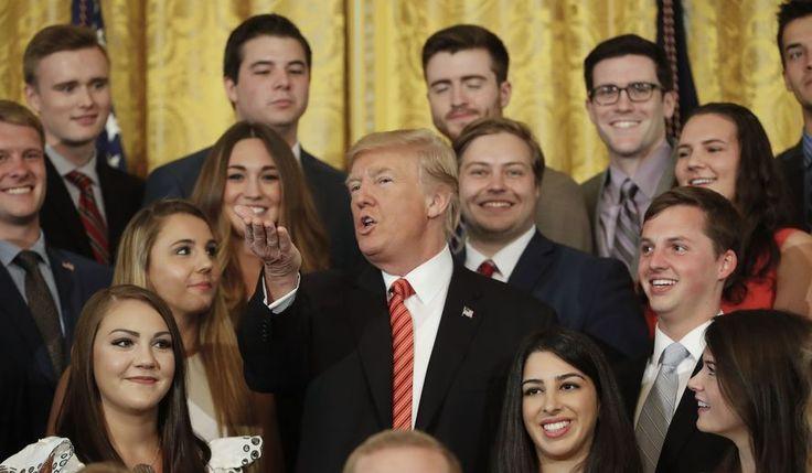El presidente Donald Trump habla mientras hace una foto con los internos salientes de la Casa Blanca en la Sala Este de la Casa Blanca en Washington, el lunes 24 de julio de 2017. (AP Photo / Pablo Martínez Monsiváis)