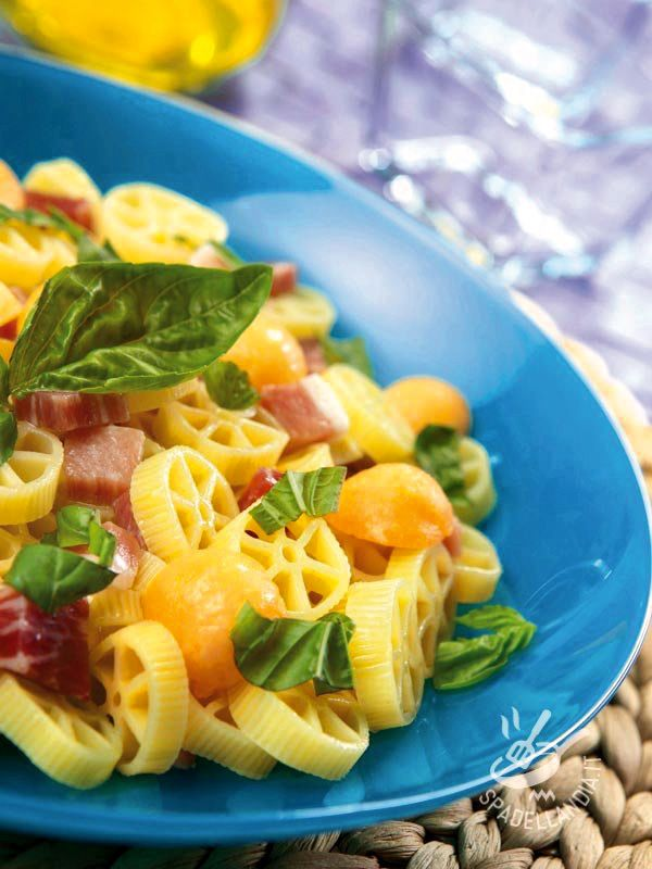 Se cercate una ricetta semplice semplice e veloce, adatta a tutti e molto rinfrescante, provate le Ruote con prosciutto e melone!
