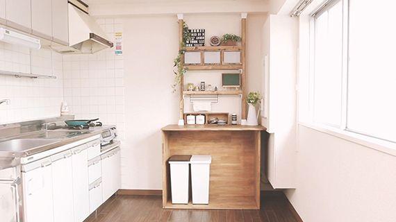 キッチンをもっと使いやすくしたい! 賃貸物件だと理想通りのキッチンに出会うことは難しいですよね。「調理スペースがもう少し欲しい」、「収納スペースが足りない」など、キッチンの使い勝手に不満を持っている方も多いはず。 今回はこのキッチンの後ろのスペースがもったいない物件にキッチン収納を作って、使い勝手をアップさせたいと思います! ディアウォールでキッチン収納をDIY! https://youtu.be/w85ZnF7YKaw 物を置いたりできる作業スペースと、飾り棚&収納棚を作ることをポイントに、カフェ風インテリアを意識して作ってみました。 作り方をもっと詳しく! 今回は若井産業が製造・販売しているディアウォール、棚受け(ディアウォール用)と2×4材、木製フォトフレーム、アンティークワックスを使ってキッチン収納作りにチャレンジ! テーブルをセット まずはすべり止めシートを敷いて、作業スペースとしてのテーブルをセット。 動画では紹介できませんでしたが、このテーブルもDIYで作ってます!作業用テーブルを作るなら高さは80cmにすると使い勝手がいい感じで...
