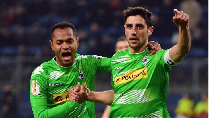 DFB-Pokal/ Viertelfinale: HSV-Gladbach 1:2 - Gladbachs Elferschützen jubeln: Stindl verwandelte vom Punkt zum 1:0, Raffael (l.) zum 2:0