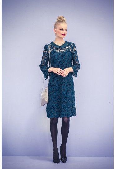 Deze jurk heeft een eenvoudig model dat er prachtig uitziet door de kanten stof met schulprand (guipurekant). Met achter in de hals een split met lusje en knoopje. De kraag is gemaakt van bijpassend satijn.