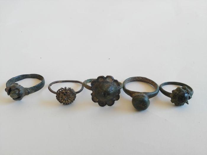 Vijf oude bronzen ringen. Middeleeuwen - inwendige diameter 25 mm circa  Vijf oude bronzen ringen. Middeleeuwen - inwendige diameter 25 mm circaMateriaal: bronsDaten: Brons periode 1100 A.D.Oorsprong: EngelandVoorwaarde: In goede staat tekenen van verouderingDe verkoper van de partij hieronder zorgt ervoor dat dit object legaal verkregen en in Engeland Londen op een veiling van antieke stukken gekocht.Het object komt uit een oude Britse collectieGekocht in de Britse markt van een Britse…