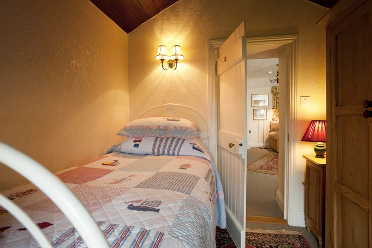 Small and cosy single bedroom.