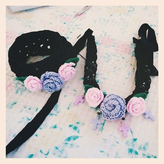 Something pastelgoth-like for me  ~ #handmade #handmadeguerrilla #crochet #flowers #roses #pastelgoth #streetstyle #accessory #statement #necklace #bracelet #bangle #teamSugoiOrDie #vscocam