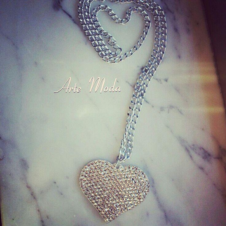 Collana modello:Friends. ..con catena in silver lunga e con ciondolo a forma di cuore grande con brillantini. ..#accessory#jewelry#outfit#cute#summer#smile#necklace#likes#photo#fashionista#creazioni#modaitaliana