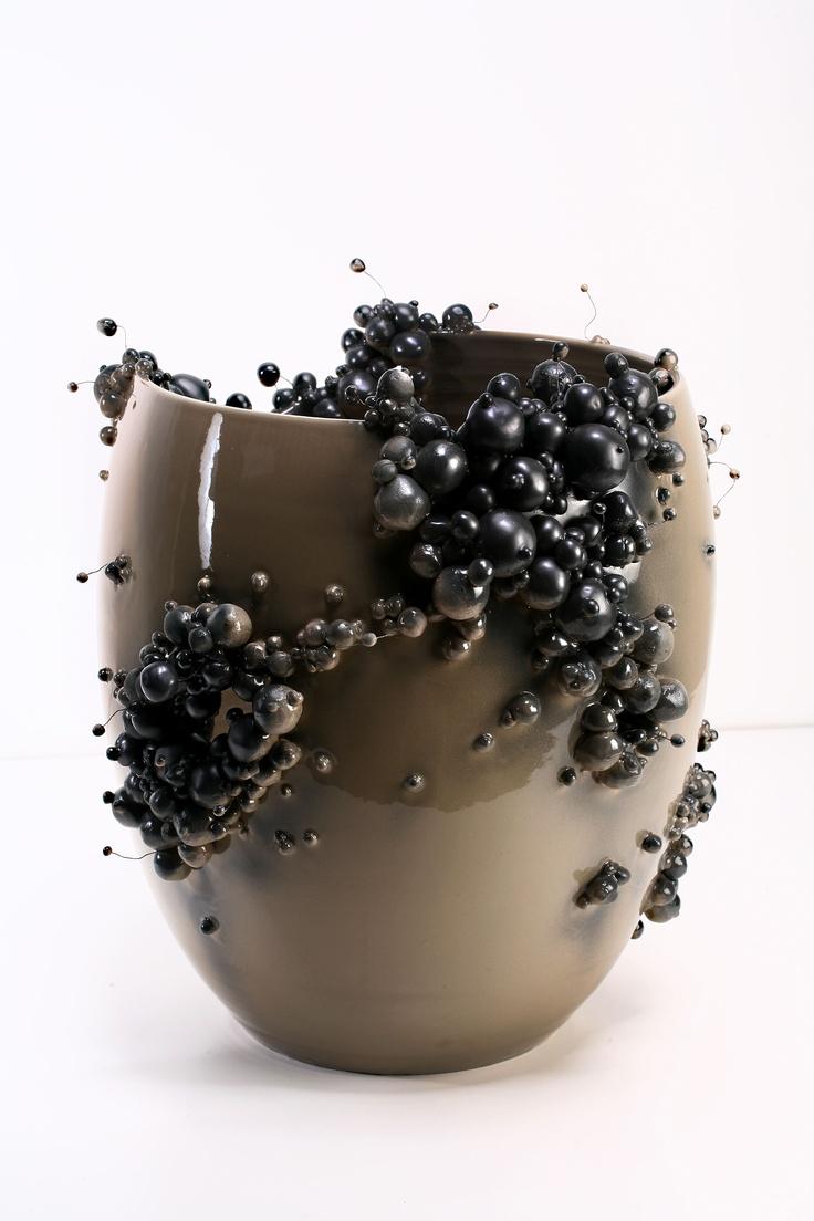 Vaso in gres 1200°C con smalto cappuccino lucido e proliferazione in ceramica e metallo color canna di fucile opaco. Tutto fatto a mano  www.francescoardini.com