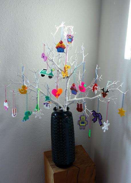 Xmas decoration with beads! Traditional nordic figures like: Julemand, juletræer, julehjerter, rensdyr, snefnug, stjerner...
