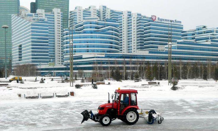 Un tractor cu plug curăță cu greu străzile orașului nou din Astana