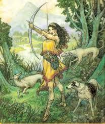 """dit is de godin Artemis godin van de jacht Ze was de dochter van de oppergod Zeus en Leto en de tweelingzus van Apollo De Latijnse naam voor Artemis is Diana. Artemis wordt ook wel """"de jagende maagd"""" genoemd De vrouw van Zeus, Hera, ontdekte dat Leto zwanger was van Zeus Artemis Griekse godin van de jachten liet Leto naar het drijvende eiland Delos verbannen. Artemis wordt afgebeeld met een pijl en boog die werden gemaakt door Hephaestos"""
