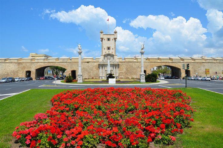 Puertas de Tierra  Reducto de la que fuera muralla de entrada a la ciudad de Cádiz. Levantada por el arquitecto Torcuato Cayón en el siglo XVIII, la portada está labrada en mármol y está concebida más como retablo religioso que como fortificación militar.