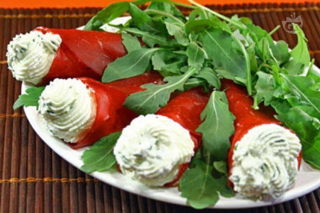 I coni di bresaola al formaggio, sono degli antipasti preparati con fette di bresaola ripiene di morbido formaggio fresco, pepe ed erba cipollina: serviteli sopra a un letto si insalata.