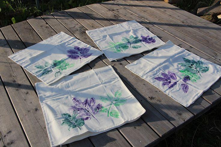V červnu mne obvykle ze všech těch květin chytne nějaká reativní nálada a tvořím. Tady třeba listy zdobené povlaky na polštáře...