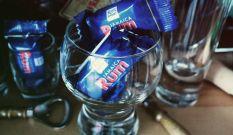 RITTER SPORT Rum Knusperstück Gefüllte Vollmilchschokolade mit Haselnusscreme (37%) mit Sultaninen (8%), Waffelstückchen (6%), Reis-Crisp (3%) und Rum (1,3%)