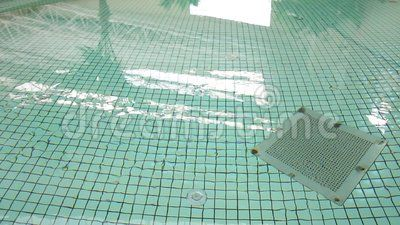 Device for drain at the bottom of the pool.