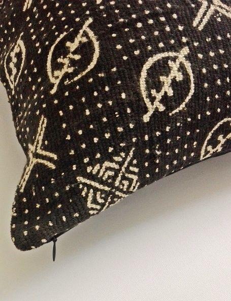 """Cuscino costituito nella parte frontale da un meraviglioso tessuto Bogolan, realizzato a mano da alcune popolazioni del Mali, in Africa Occidentale. La parola Bogolan significa """"fatto di fango"""" e, in effetti, le decorazioni sul tessuto sono ottenute utilizzando del fango fermentato attraverso una lunga e complessa procedura risalente al 12° secolo. Ogni colore usato ha un significato preciso, così come i disegni e la loro disposizione"""