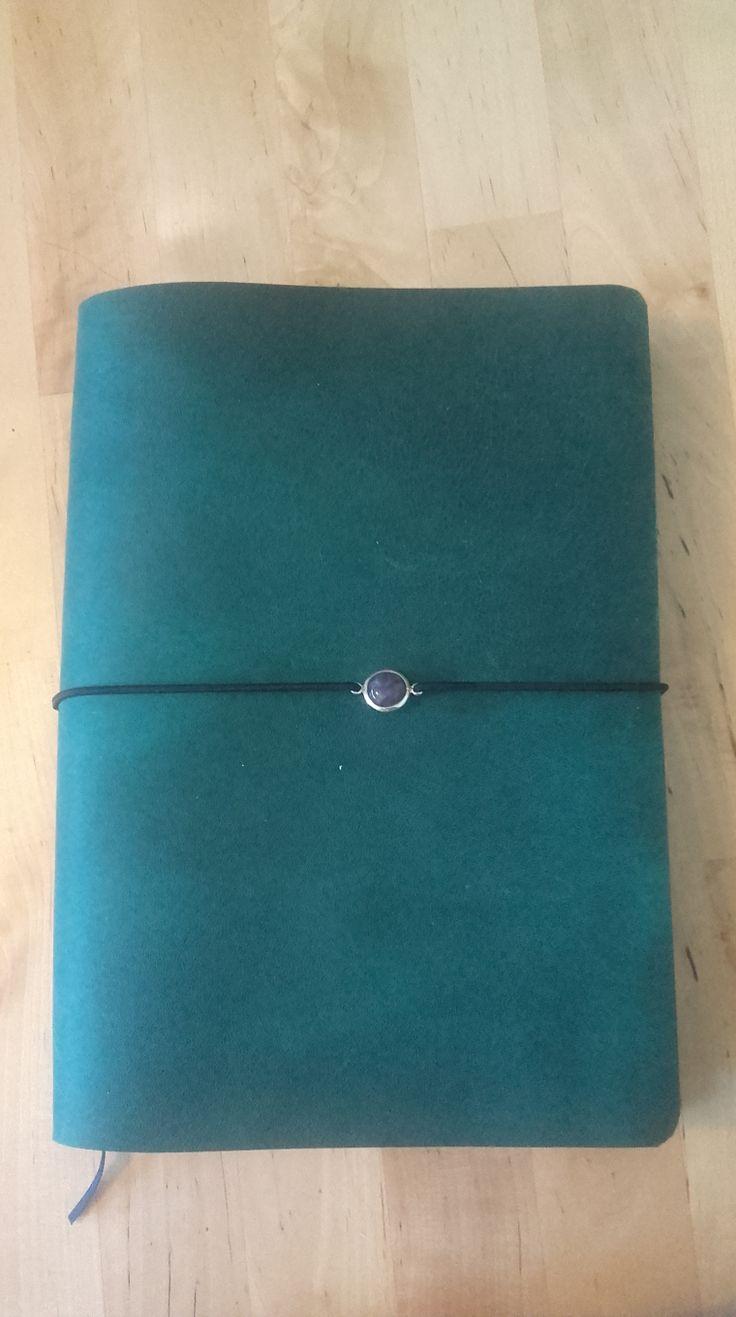 mon traveler's notebook fait maison, en cuir, qui accueille mon bullet journal, mon calendrier mensuel, mon cahier de collections et mon cahier de gribouillage. Ajoutez une pochette plastique et une pochette cartonnée, et voilà!