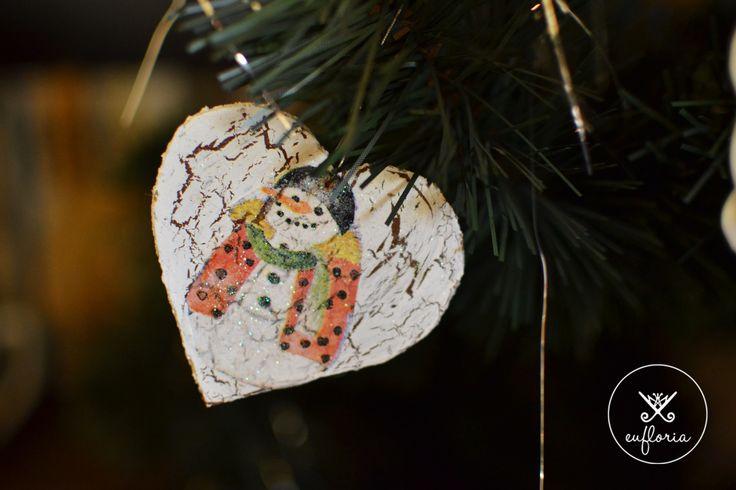 Happy snowman in a shape of heart. Vysmiaty snehuliak v tvare srdiečka. #christmasdecoration #christmastree #handmade #snowman