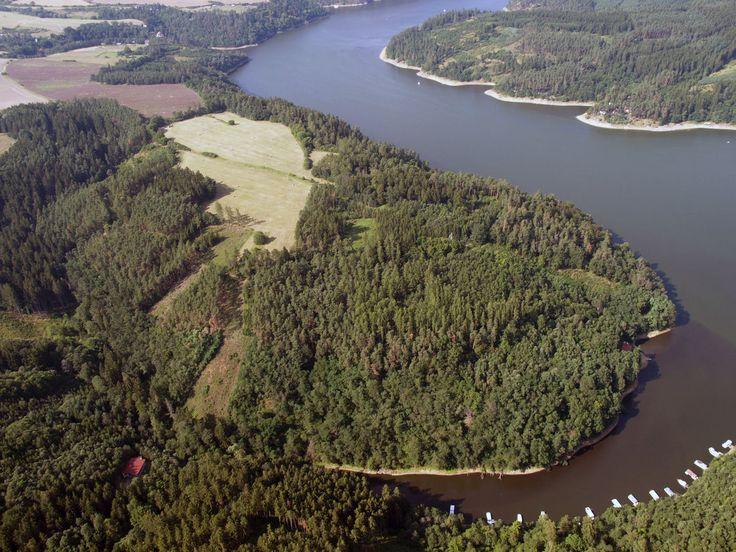 Letecký snímek ostrožny s oppidem.