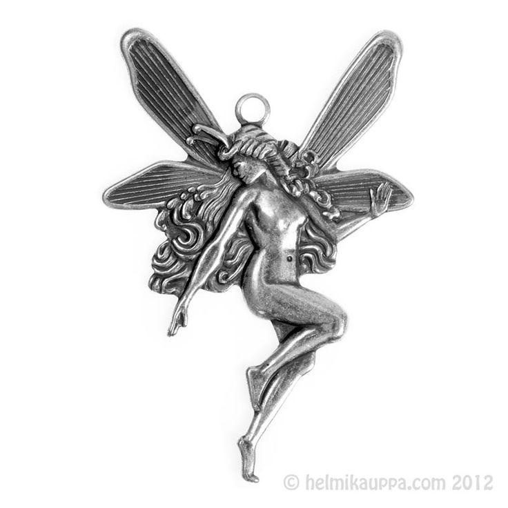 Katsokaa näitä tämänkin antiikkihopeoidun keijukaisriipuksen upeita yksityiskohtia! [large fairy pendant]