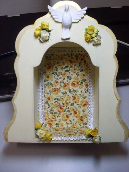 Oratório em mdf pintado e revestido em tecido, com aplique de resina do divino e flores. R$ 45,00