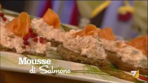 VIDEO LA7: 150 gr di salmone affumicato, 2 cucchiai di vodka, scorza di limone qb, aneto qb, pepe bianco, 150 ml di panna liquida, pane di segale qb,