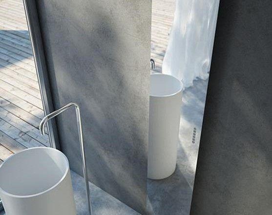 Lo specchio riscaldante. Tavola Total Mirror, design Andrea Crosetta, è disponibile nella dimensione di 171 cm x 35 cm e con una sporgenza dalla parete di circa 7 cm. Può essere disposto sia in orizzontale, sia in verticale.  antrax.it