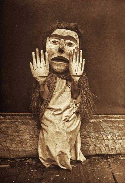 アメリカインディアンの文化を記録する者として、間違いなく最も広く影響を及ぼした写真家エドワード・S・カーティス。その業績には賛否両論がある。