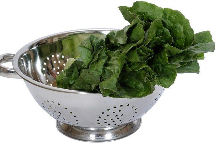 Cómo hacer espinacas al vapor. Las espinacas a menudo son consideradas una muy buena comida, y con razón. Este vegetal de hojas verdes está lleno de vitamina A, K y C, folato, magnesio, hierro, manganesio, calcio y fibra. Las espinacas también contienen muchos fitoquímicos, que son substancias ...