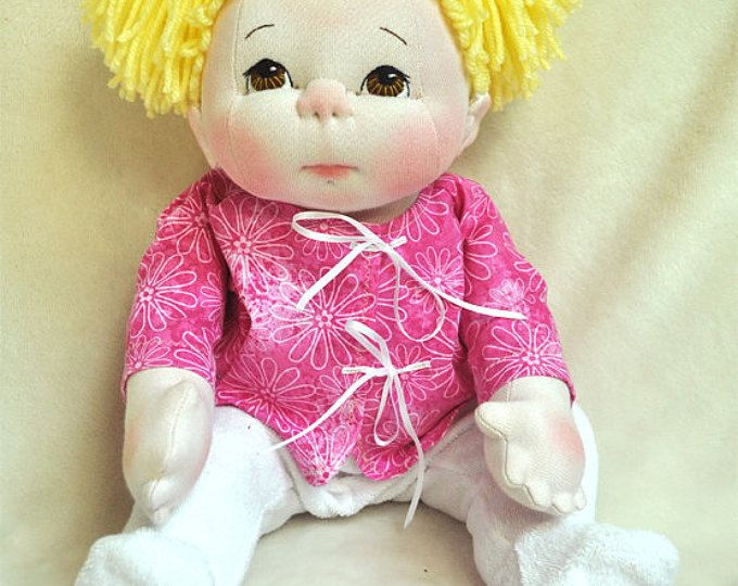 "Textil Baby Doll de Fretta. 40,5 cm/16 ""escultura blanda muñeca de empatía. Ojos marrones, cabello rubio. Muñeca de trapo amable de niño."