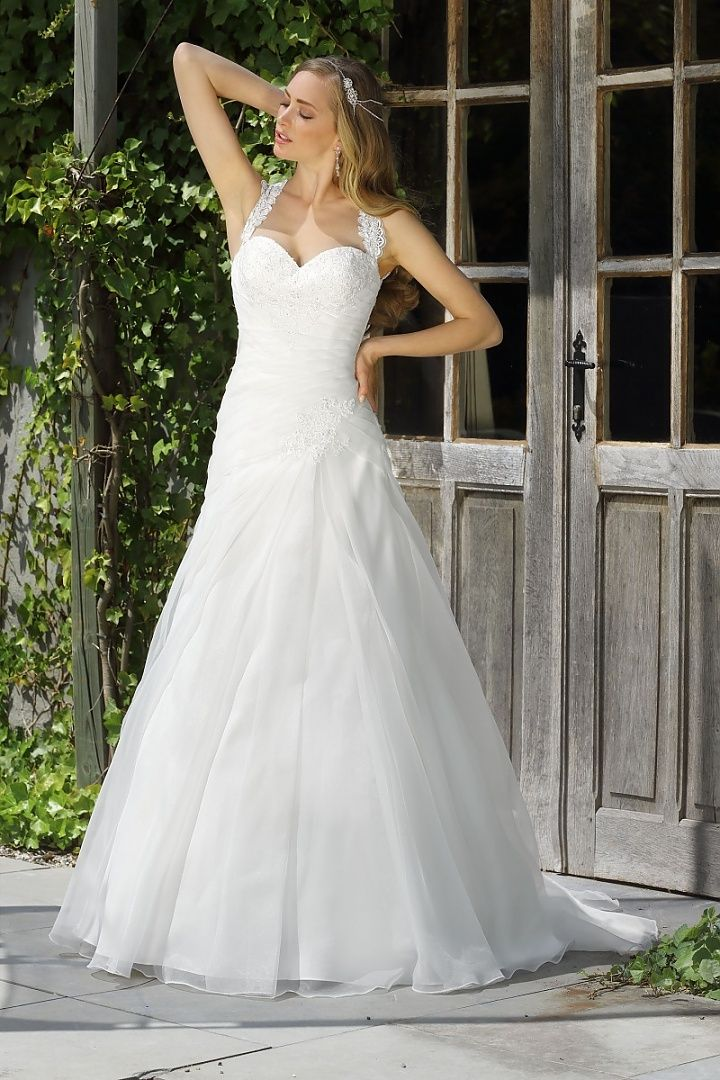 Affinity Bridal mariska, collectie 2016. Voor de bruid die gaat voor aparte details is deze jurk uitermate geschikt. Het lijfje heeft een sweetheart halslijn die is afgezet met fijne kant. De schouderbanden leiden je naar de echte blikvanger van het prachtig opengewerkte rugpand. Kijk hoe mooi de rok valt met de asymmetrisch gelegde plooien. #halter #kraag #alijn #affinity #koonings