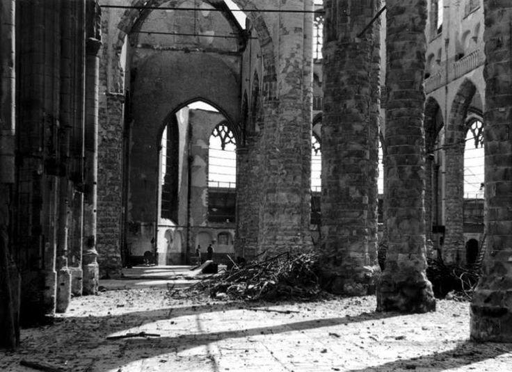 Interieur Grote of St. Laurenskerk 1449. Na bombardement 1940