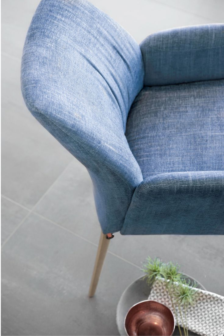 Comfort and softness: this is what this Enora chair by Mobitec will bring to your interior. Choose your colour and fabric from a large catalog.
