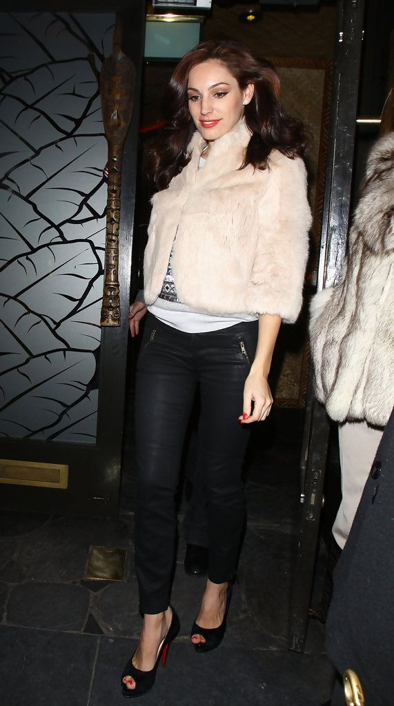 Kelly Brook Skinny Pants - Kelly steps out in a pair of skinny black pants with pocket zippers.
