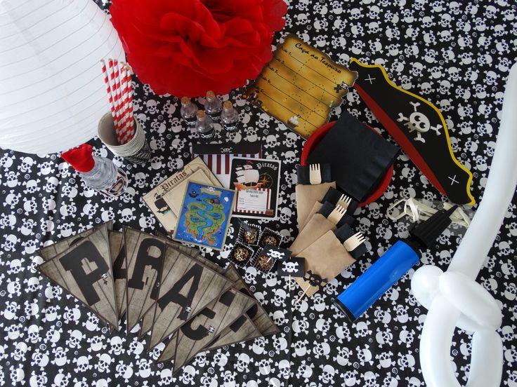 10 convites + envelopes <br>24 forminhas para docinhos <br>24 tapetinhos para docinhos <br>12 pins para docinhos <br>20 copos descartáveis de papel encerado <br>20 pratinhos de plástico (importado - reutilizáveis) <br>20 garfinhos de madeira <br>50 guardanapos luxo <br>20 envelopinhos porta guardanapo (em papel) <br>20 canudos de papel <br>8 rótulos garrafa <br>8 mini bandanas para garrafa <br>8 garrafinhas de plástico <br>8 tags agradecimento + fio de sisal <br>8 bandeirolas Parabéns + fita…