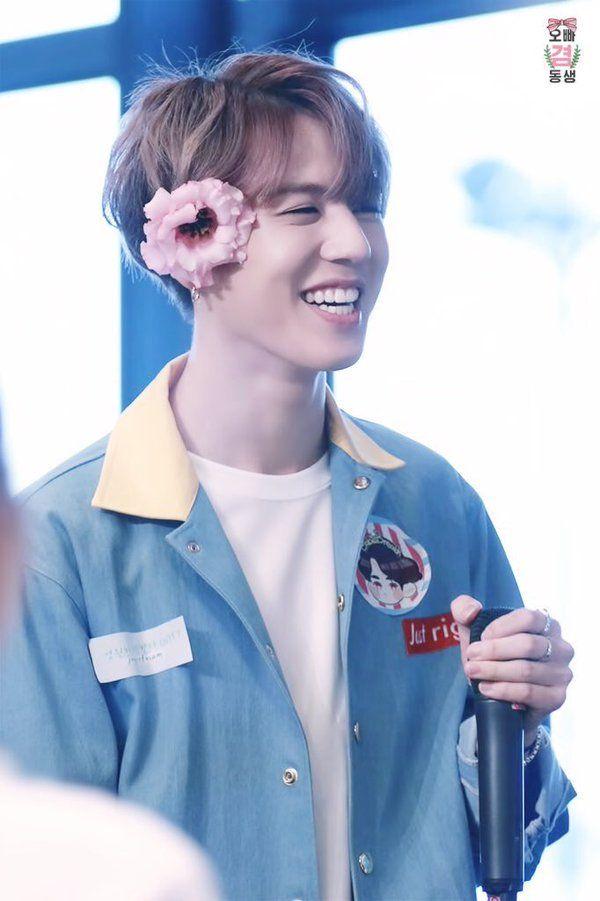 Yugy com flor presa na orelha é meu conceito favorito